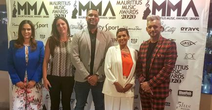De g. à dr. : Ashita Beenessreesingh, directrice de Strike City, Rachel Ducray, Marketing Manager de L'Effet Mer by Villas Caroline, Bryan Rushdie et Lovena Armoogum, tous deux d'Elysium Events, et Jerry Nayna qui va présenter la cérémonie des awards.