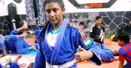 La jeune fille n'hésite pas à  aider les plus jeunes lors des entraînements.