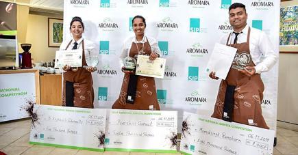 Avec les deux autres gagnants de la compétition : Manishing Ramchurn et Kaynath Golamaully.