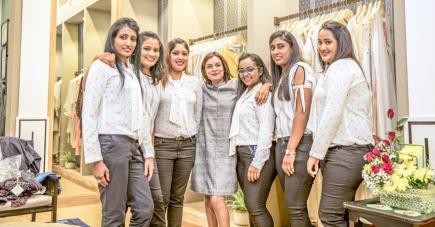 La créatrice de mode indienne en compagnie de son équipe mauricienne à Trianon.