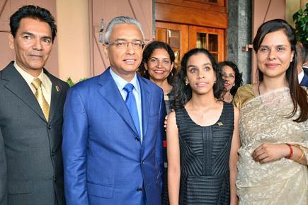 Tony Constance et sa fille Jane aux côtés de Pravind et Kobita Jugnauth.
