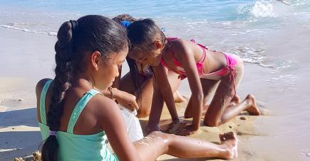 Emilie, Diana, Fanellie et Jahmelia sont venues à la mer un jour après la levée des restrictions autour de la visite des plages.