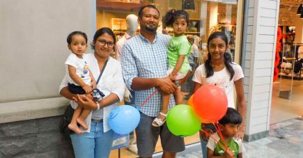 C'est en famille que les Mungun ont procédé à l'étape obligée du shopping.