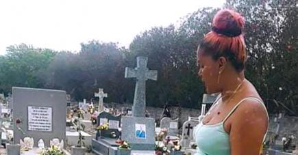 Chana Permes se recueillant sur la tombe de son époux.