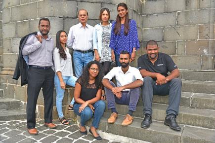 Nad Sivaramen avec une partie de l'équipe éditoriale de Bonzour.