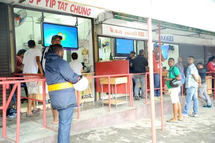 Les 'bookies' attendant la décision du MTC hier matin.