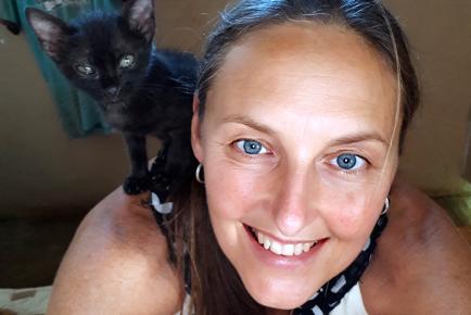 Elle est fière de ses animaux et de Witchy cat, son chat noir, qui figure dans le film Serenity, actuellement en tournage chez nous.