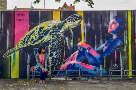 L'artiste et son oeuvre lors de son voyage au Danemark en juillet dernier.