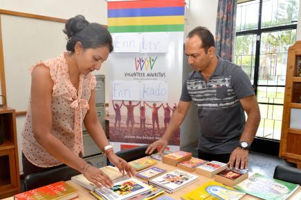 Nirma.V. Gooljar-Pusram et Reza Bhaukarally triant les livres reçus à Floréal.