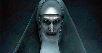 Elle vous regarde, elle vous surprendre, elle vous effraie, bref, elle fait plutôt peur.