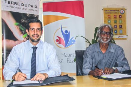 Peyami Oven, Managing Director de Total Mauritius Limited, et Alain Muneean,  directeur de Terre de Paix.