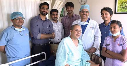 Pascale entourée de l'équipe qui s'est occupée d'elle lors de sa première intervention en Inde.