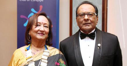 Elle pose aux côtés de son époux Vinod lors de la cérémonie où elle a été faite présidente du Rotary Club de Curepipe, à l'hôtel Hilton, le 29 juin.