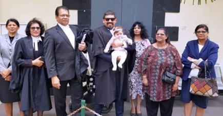 Miguel Ramano, entouré de ses proches est le fils de Dev Ramano.