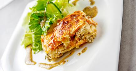 Lasagnes de poulet et butternut, accompagnées d'une salade verte et vinaigrette à l'ancienne