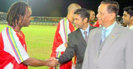 L'ex-ministre des Sports avant le coup d'envoi d'un match du Club M.