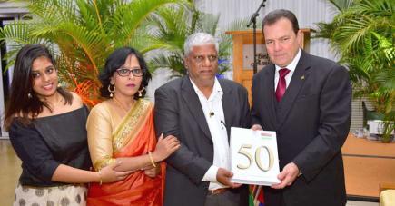 L'auteur et sa famille (sa fille Pallavi et son épouse Sanjana) avec Eric Guimbeau.