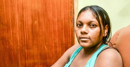Marie-Hélène est en constante communication avec son époux qui se trouve en Inde dans le cadre d'une intervention que doivent subir leurs jumelles siamoises.