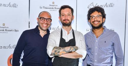 Deux des frères Alary, Yannis et Malik, accompagné (au centre) de leur directeur de cuisine, Tam Storrar donnent leur avis.
