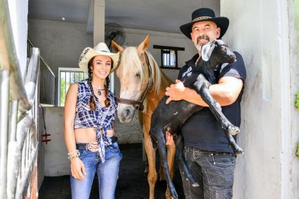La jeune femme est venue cultiver sa passion pour les animaux dans notre île avec son compagnon Philippe.