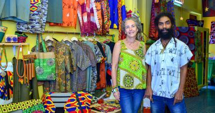 Les deux artistes sont heureux  de promouvoir l'artisanat.