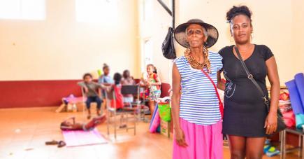 Christelle, ici avec sa grand-mère Julie, 80 ans, espère retourner chez elle avant les fêtes.