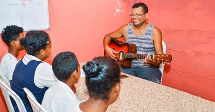 Les cours de musique de Lanslay Henry apportent de nouvelles ouvertures aux enfants.