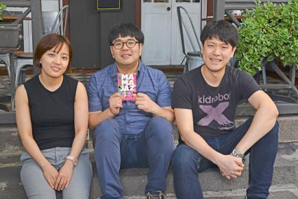 Soo-Jin Suh (batterie), Han-Earl Lee (piano) et Sung-Su Kim (basse) prennent la pose.