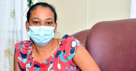 La trentenaire, qui doit porter un masque de protection en raison de sa maladie, espère que justice lui sera rendue.