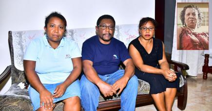 -Doretta, Curtis et Joys se remettent difficilement de la disparition tragique de leur mère.