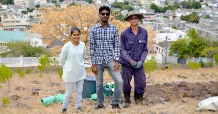 Jeeya Balloo et Erwin Amavassee, coordinateurs du projet, et Frederick Leung Miow Wah Kiam Siong, jardinier attitré de Friends of the Environment.