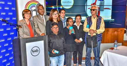 La Global Rainbow Foundation et leurs partenaires ont fait un don de portables lors du lancement des ateliers pour les mal-voyants et aveugles.