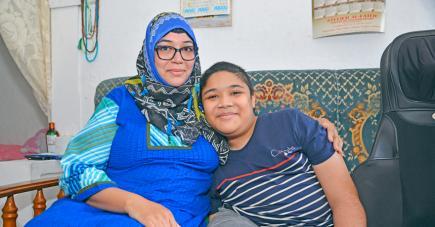 Aux côtés de sa mère, l'ado lutte courageusement contre sa maladie.