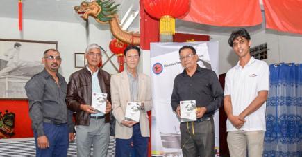 Kiran Mihhidin (instructeur), Bahadoor Randheer (chairman Bahadoor Printing), Mario Hung Wai Wing (Grand Maître 9e dan), Aneeraw Ramma (président de la FMT) et Soodheer Bahadoor (instructeur et directeur de Bahadoor Printing).