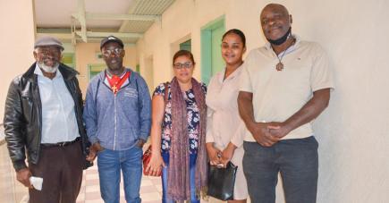 Ricarl Pierre-Louis (extrême gauche) et les autres membres des forces vives d'Anoska ne veulent pas que les habitants de l'endroit soient stigmatisés.