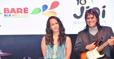 Thallie Ann Seenyen en compagnie d'un de ses guitaristes. à gauche : les membres du COJI posent en compagnie des musiciens du groupe Kokofaya.