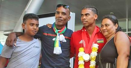 Le jeune homme fait la fierté de sa famille.