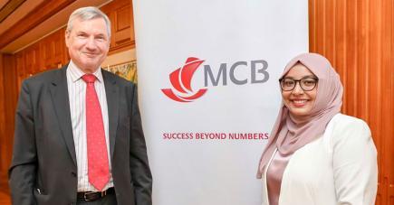 Zakeeyah Chutoo, 32e boursière de la MCB Foundation, en compagnie de Jean-François Desvaux de Marigny, Chairman de la MCB Ltd.