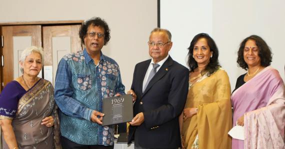 La famille Kadarasen entoure Rama Poonoosamy, directeur d'Immedia, et le vice-président de la République Eddy Boissezon.