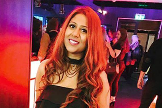 Sheila Gandhi propose des robes de soirée chics et tendances.