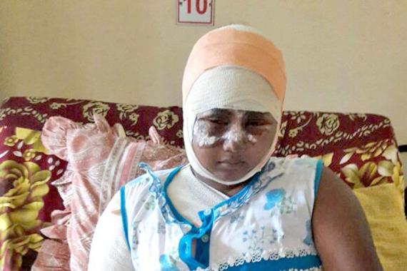 La douleur est intenable pour la jeune femme, ici sur son lit d'hôpital.