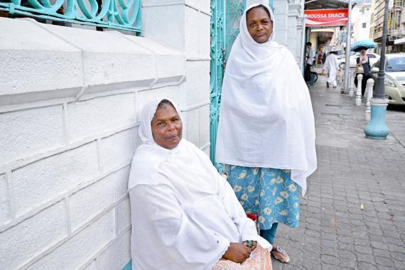 Devant un jeune qui leur tend quelque chose à manger ou à boire, Bibi Kareema et Aisha ne peuvent qu'être touchées.