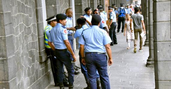 Ils étaient nombreux, le jeudi 7 mars, à manifester leur mécontentement devant le bureau du Premier ministre.