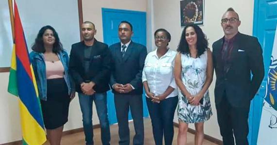 Les représentants de la MBJJF en compagnie de Marie-Rose de Lima Edouard Ravina, la commissaire de la Jeunesse des Sports de Rodrigues.