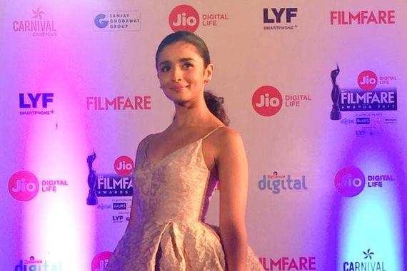 L'acteur de Dangal était absent alors que la soeur de Pooja Bhatt était rayonnante dans sa belle tenue.