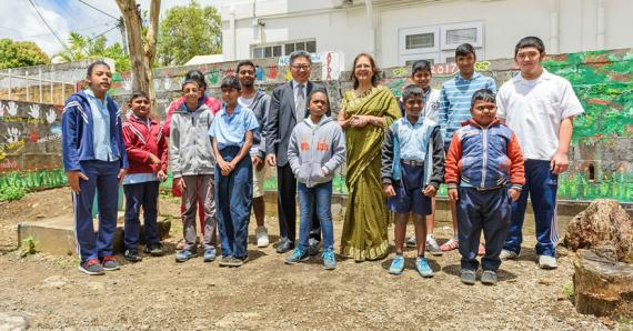 Alain Law Min, Chief Executive Officer de la MCB, entouré de quelques enfants et du personnel de l'APDA.