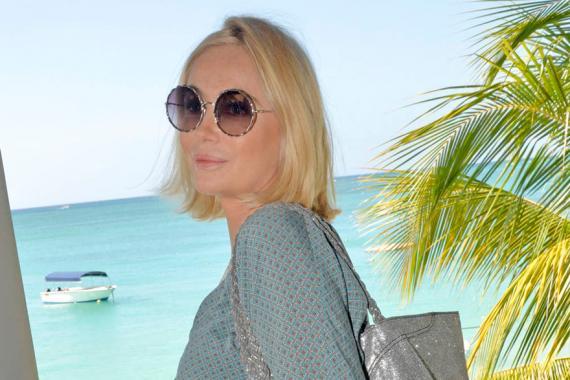 Emmanuelle Béart sous le soleil de l'hôtel Royal Palm.