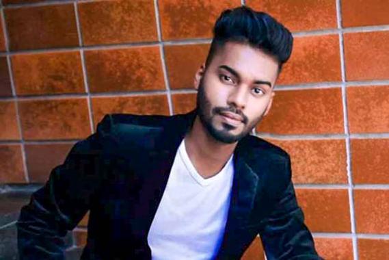 Il dévoile ses réalisations sur sa page Facebook: Taahiir pro Make up Artist.