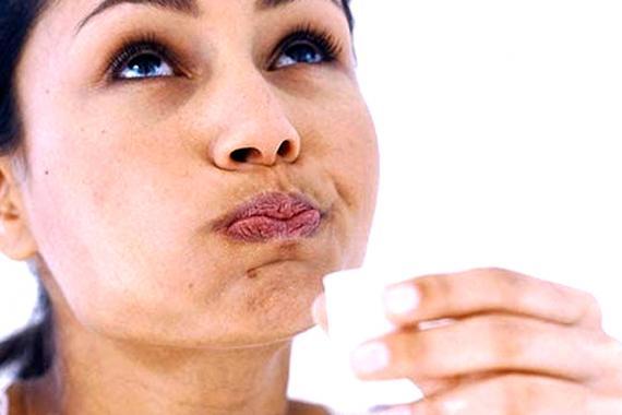 Un bon rinçage de la bouche à l'huile de coco peut aider à la santé dentaire.