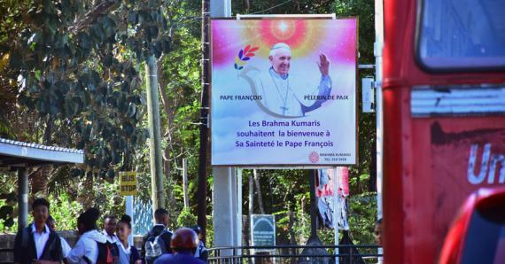 Panneaux d'affichage, peinture, travaux, tout est mis en place pour accueillir comme il se doit le pape François.